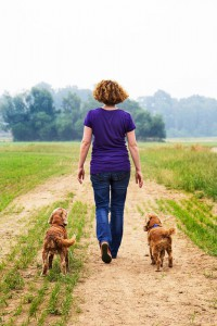 Tierheilpraktikerin Sarah Kopmann mit ihren Hunden